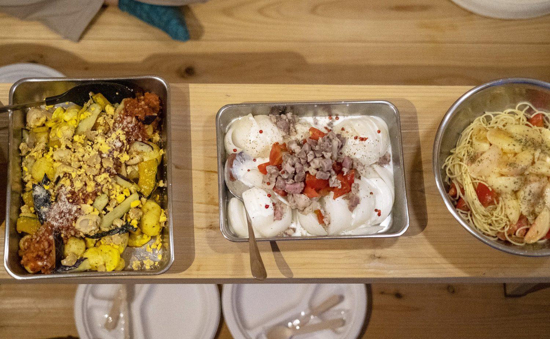 シェフが作った料理がバットに入りテーブルに並んでいる。