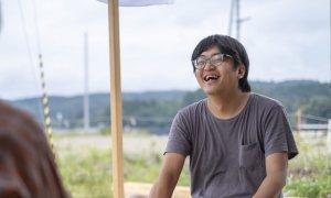 「タイニーハウス」を設計した⽻根⽥ 将宏さんが笑っている様子