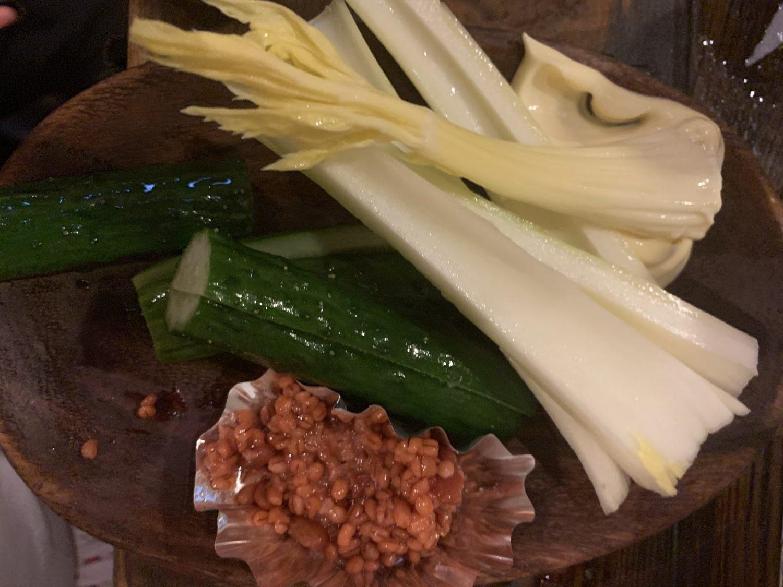 手づくりのきゅうりやセロリなどがもろ味噌と一緒に皿に並ぶ