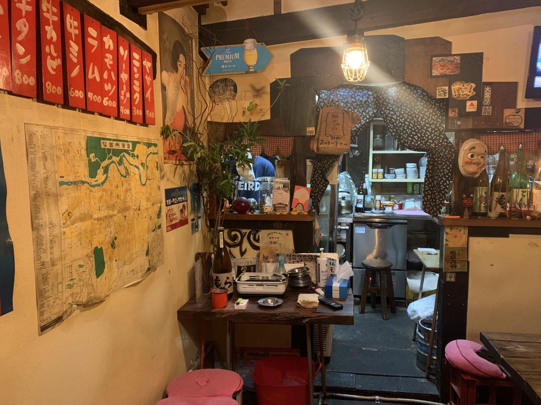 壱二参(いろは)横丁にある焼肉ホルモン「ブーチャン」の店内から見る厨房の様子