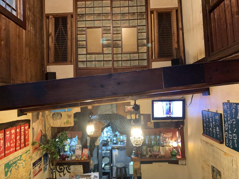 壱二参(いろは)横丁にある焼肉ホルモン「ブーチャン」の店内の様子。吹き抜けで髙い天井となっている