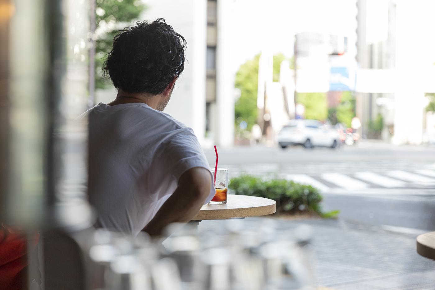 仙台のカフェ「HEY」のオーナー和泉さんの背中