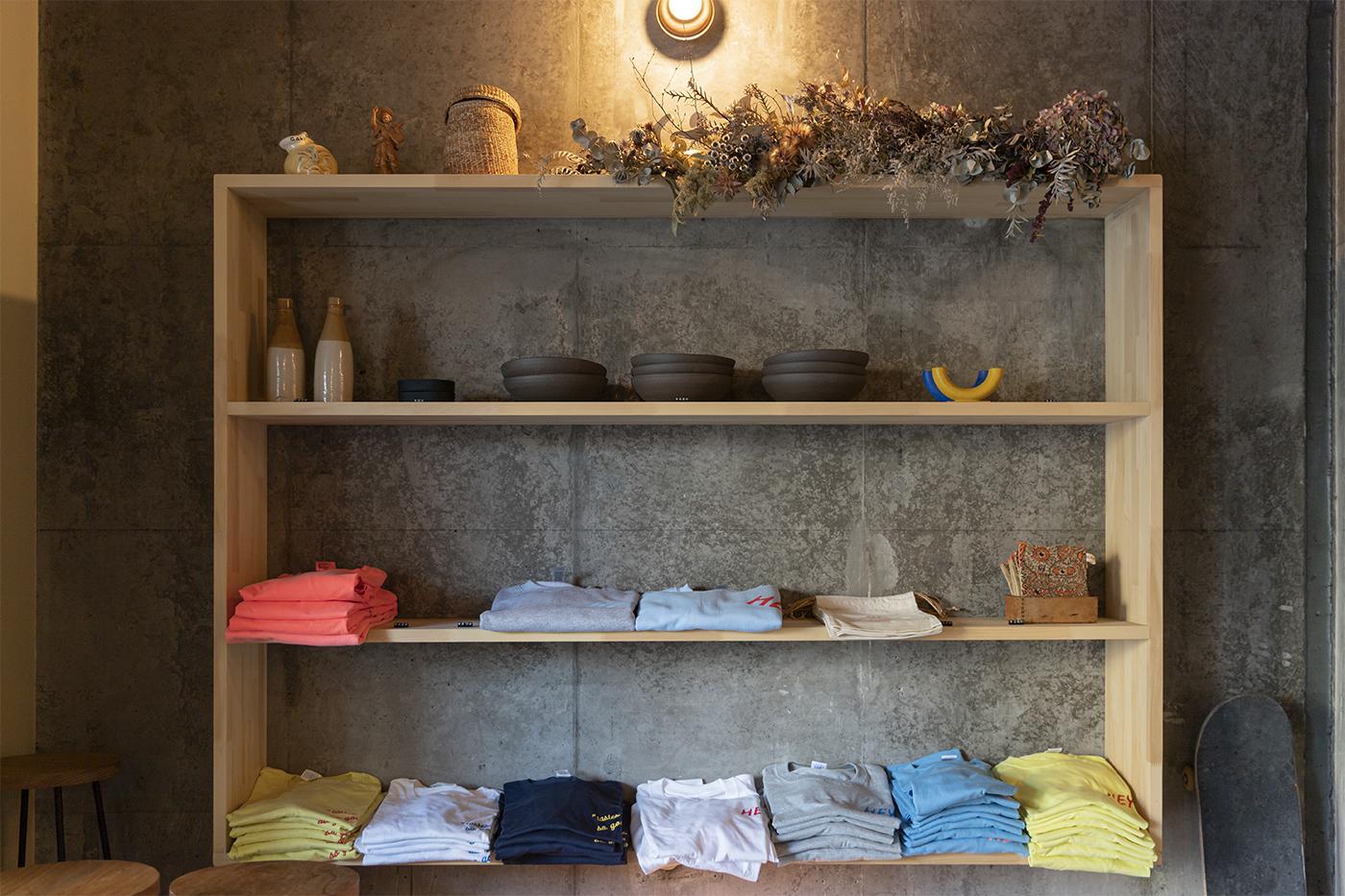 仙台のカフェ「HEY」の一角に販売されている服