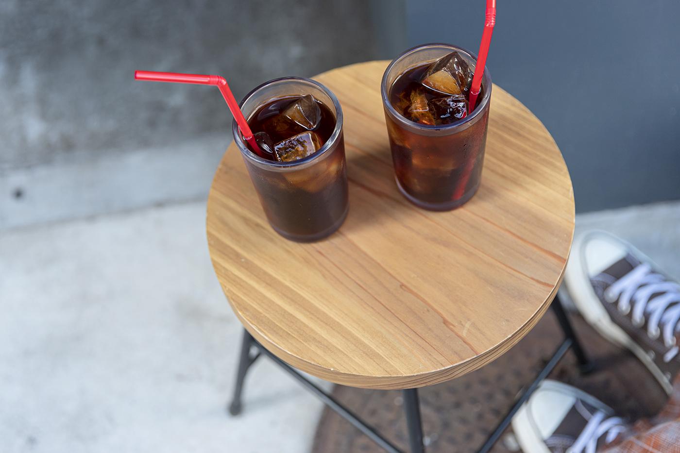 テーブルに置かれたアイスコーヒー。赤いストローが映える