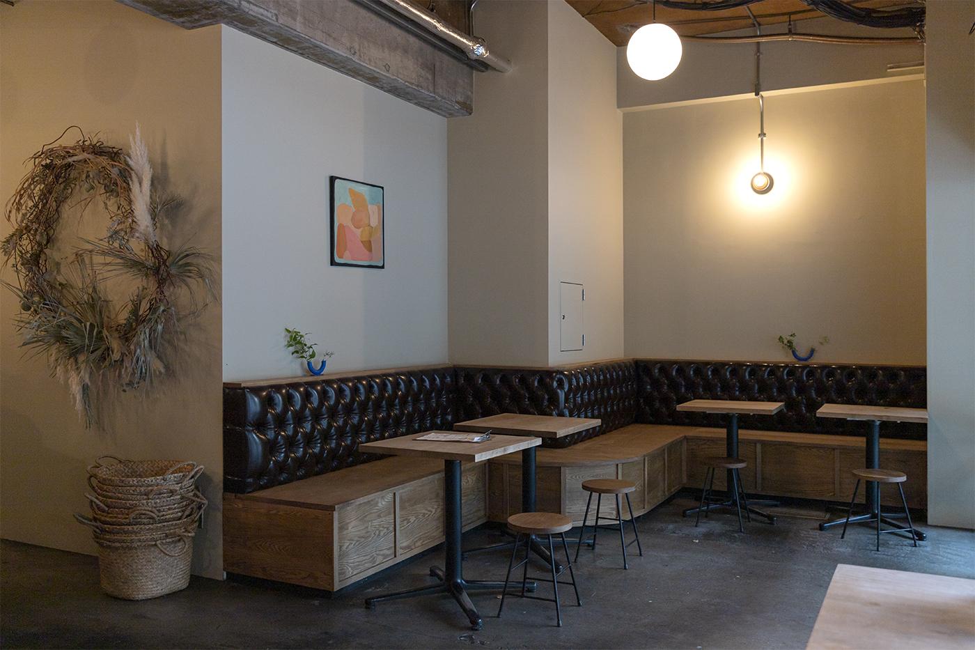 2019年にオープンしたカフェ「HEY」の店内の様子。革と木でできた長ベンチが素敵な雰囲気