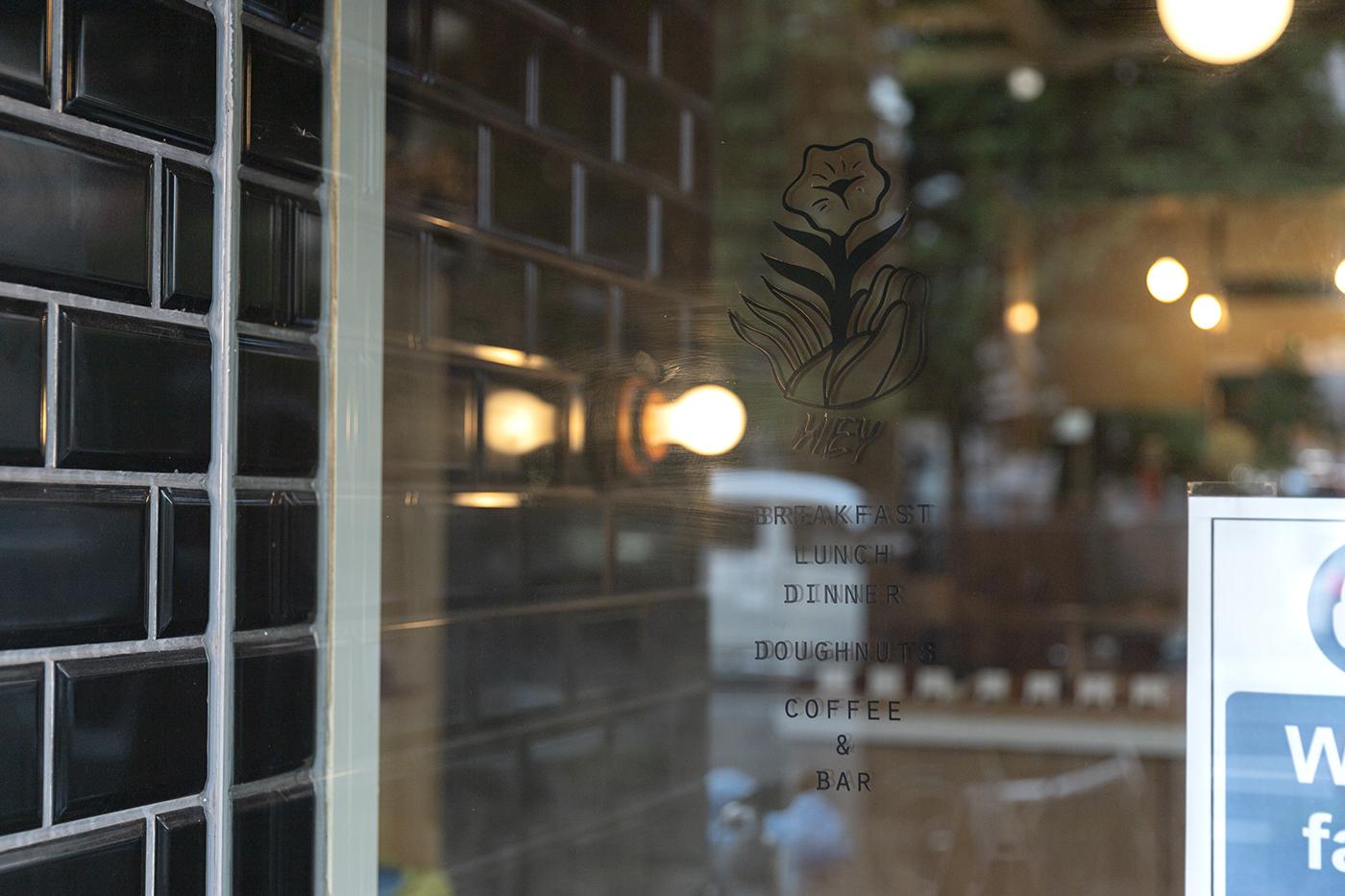 仙台のカフェ「HEY」のウィンドウに書かれた仙台のカフェ「HEY」のウィンドウに書かれたメニュー