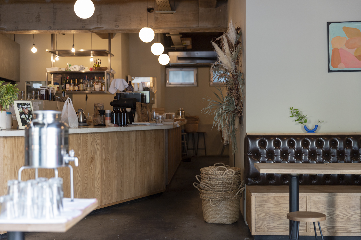 仙台のカフェ「HEY」の入り口から見た店内の様子。奥行きがあり左手にはオープンキッチン、奥には大きなテーブル席がある