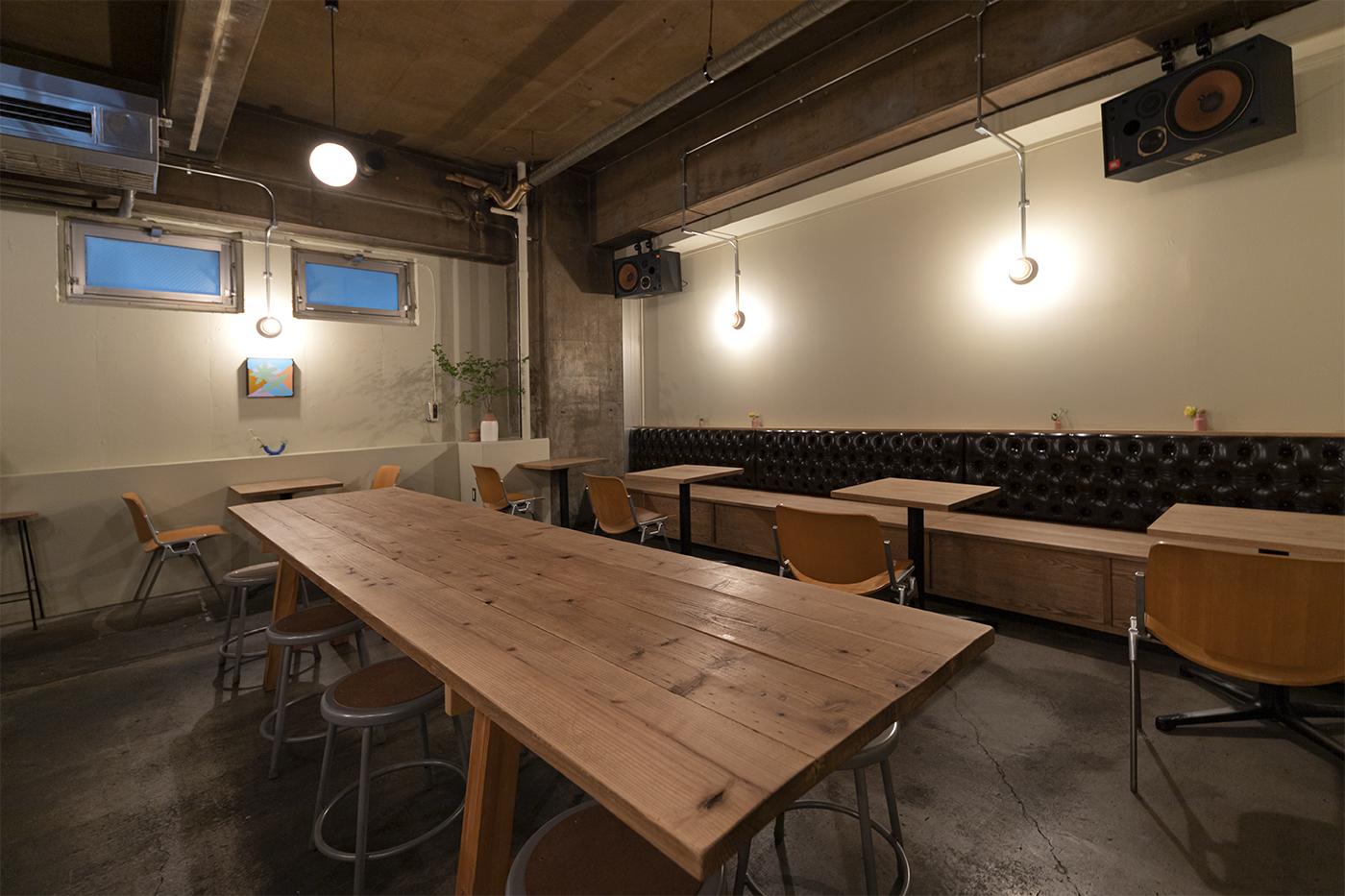 仙台の人気カフェ「HEY」の店内奥にある気でできた長テーブル。