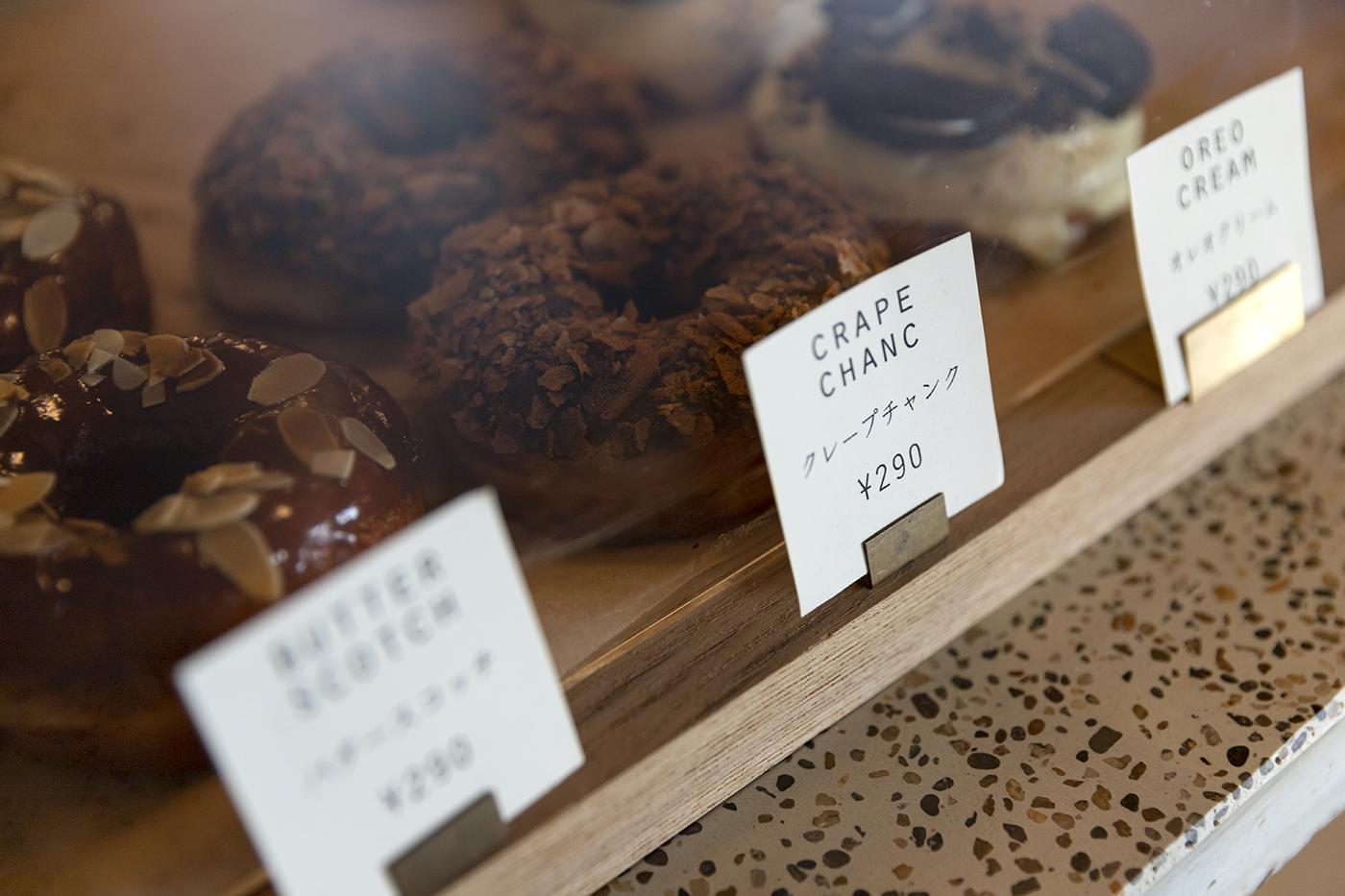 仙台のカフェ「HEY」で人気のドーナッツが並ぶショーケースの様子