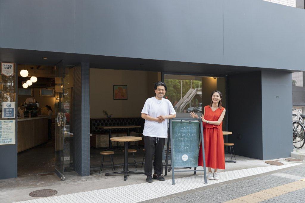 仙台のカフェ「HEY」の前に立つ和泉さん