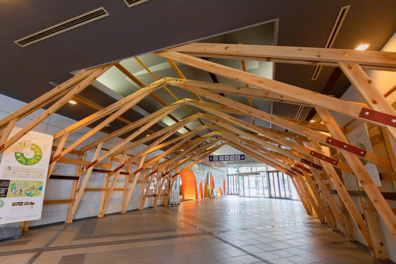 眞野屋ビル内に展示されている「新シザーズトラス構法」の実物。木材資源の有効活用を可能にした