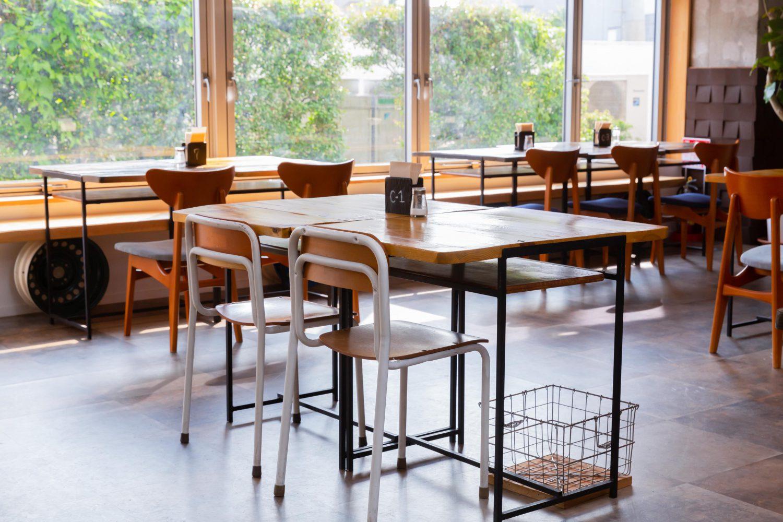 学校から回収しキレイにアップサイクルされた机や椅子
