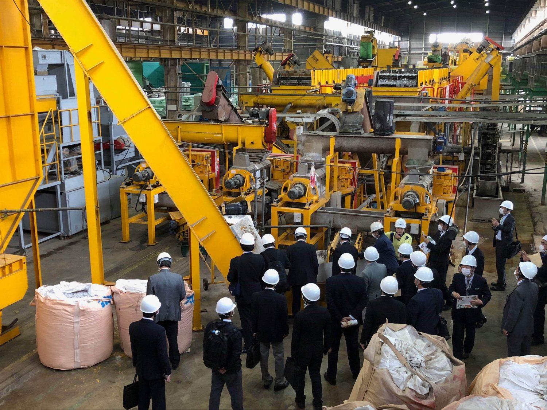 大きな機械が並ぶ蔵王資源リサイクル工場の様子