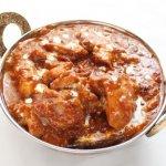 インドのカレー皿「カダイ」に盛られたカレー