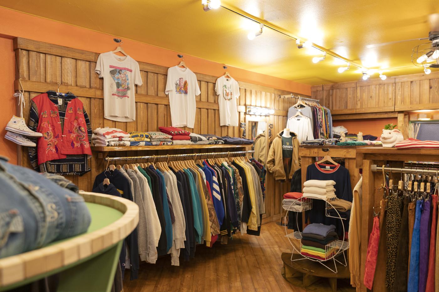 木を使い暖かみのある古着屋「chuple」の店内の様子。
