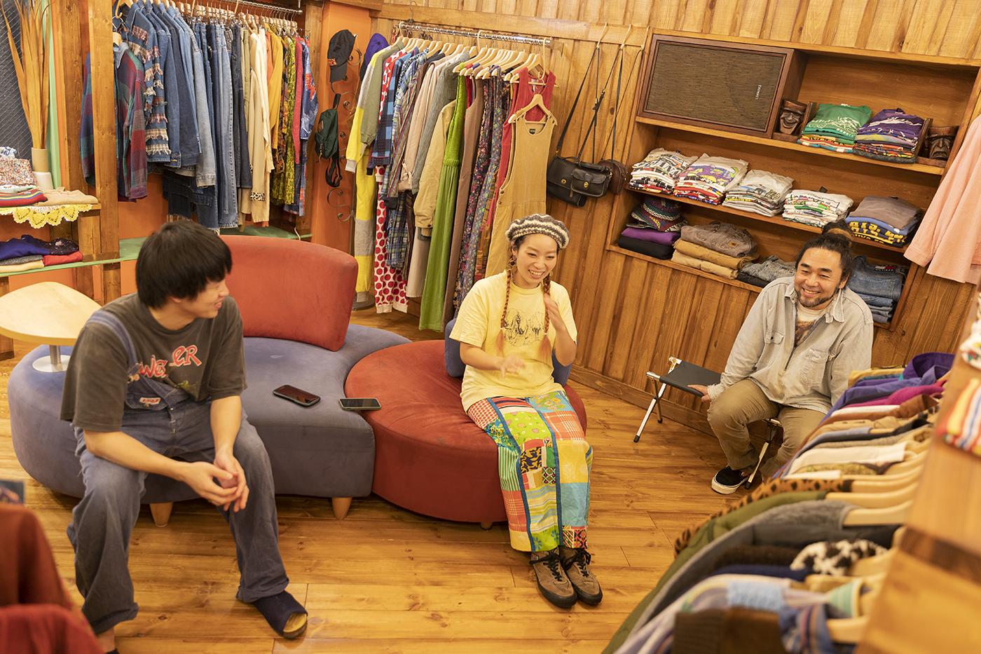 古着屋「chuple」でのインタビューの様子左から学生ライターの八嶋くん、メグミさん、カツゲンさん