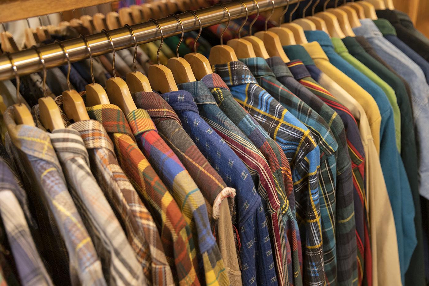 古着屋「chuple」内でハンガーラックに掛かったシャツ。