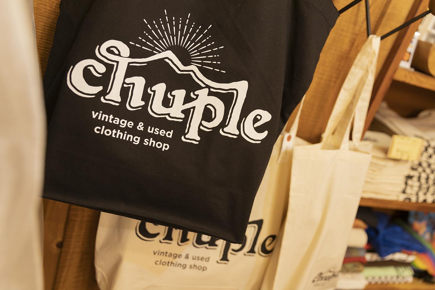 古着屋「chuple」のオリジナルトートバッグ。太陽が山間から昇るようなお店のロゴが描かれている