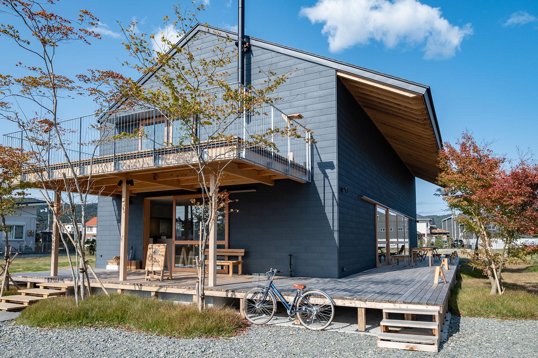 イシノマキ・ファームが行う「I-HOPカフェ」が入る石巻ホームベースの外観。バルコニー、ウッドデッキが構える