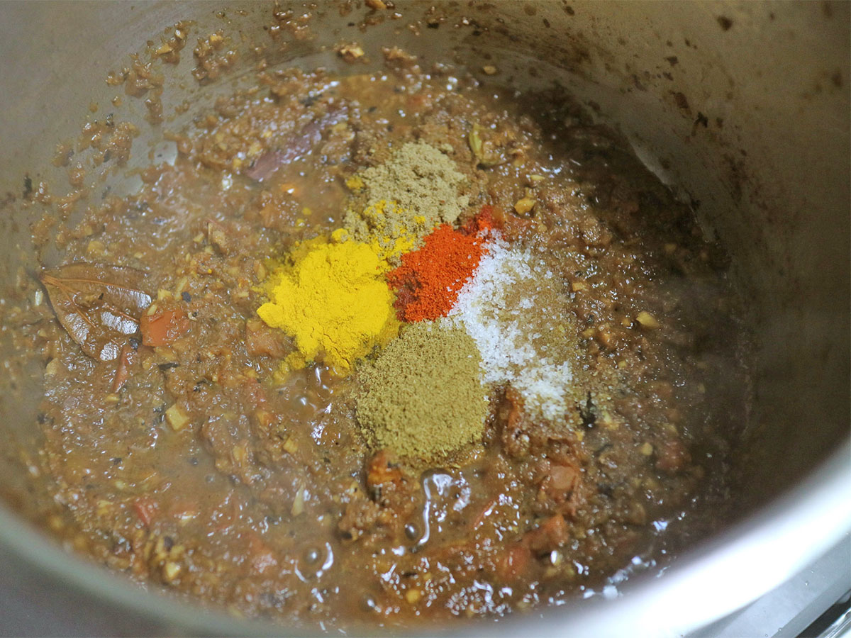 パウダースパイス、塩を加え混ぜ合わせた様子