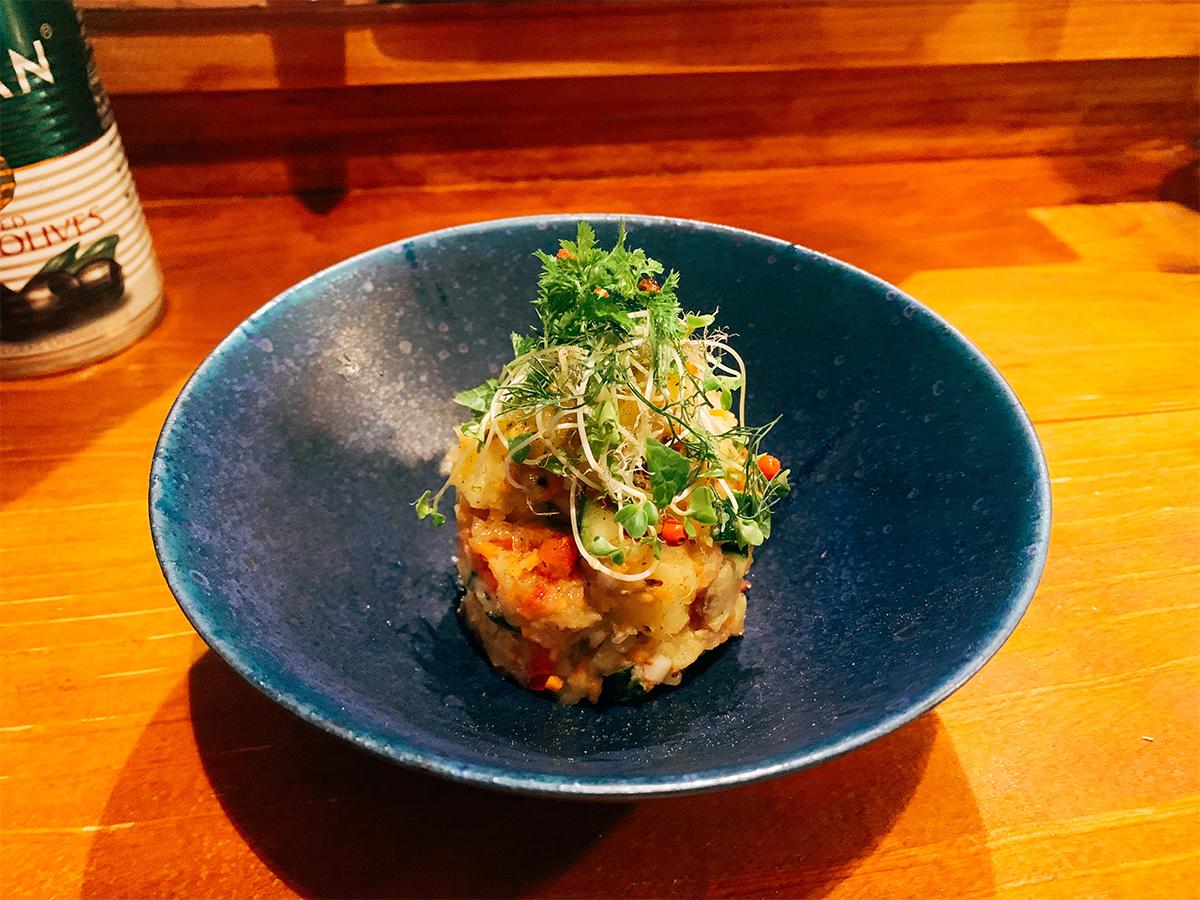 「ツバメ.フード」のポテトサラダ。青い皿に盛りつけられている