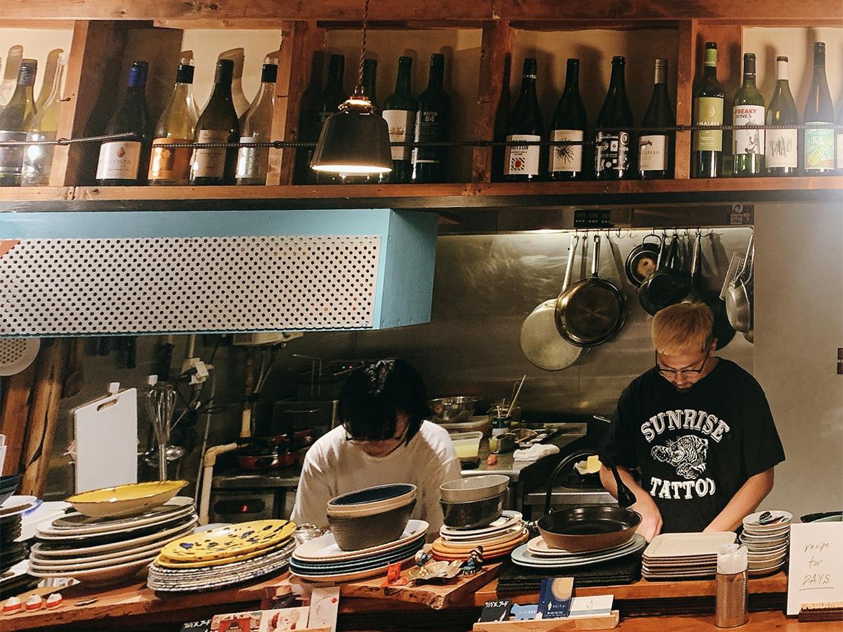 「ツバメ.フード」のカウンターから見る厨房。