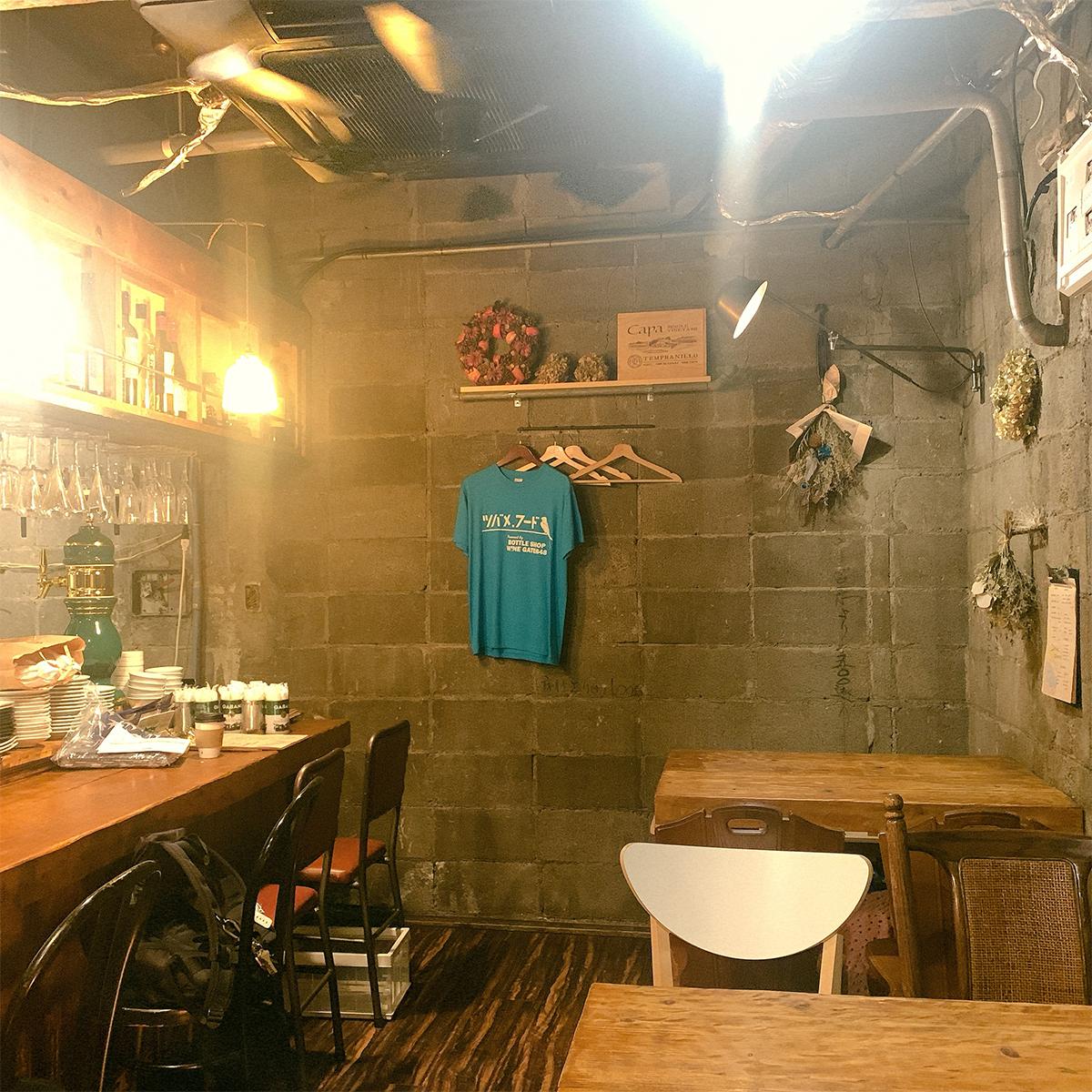 「ツバメ.フード」の店内の様子。壁には青色のツバメフードオリジナルのTシャツが掛けられている