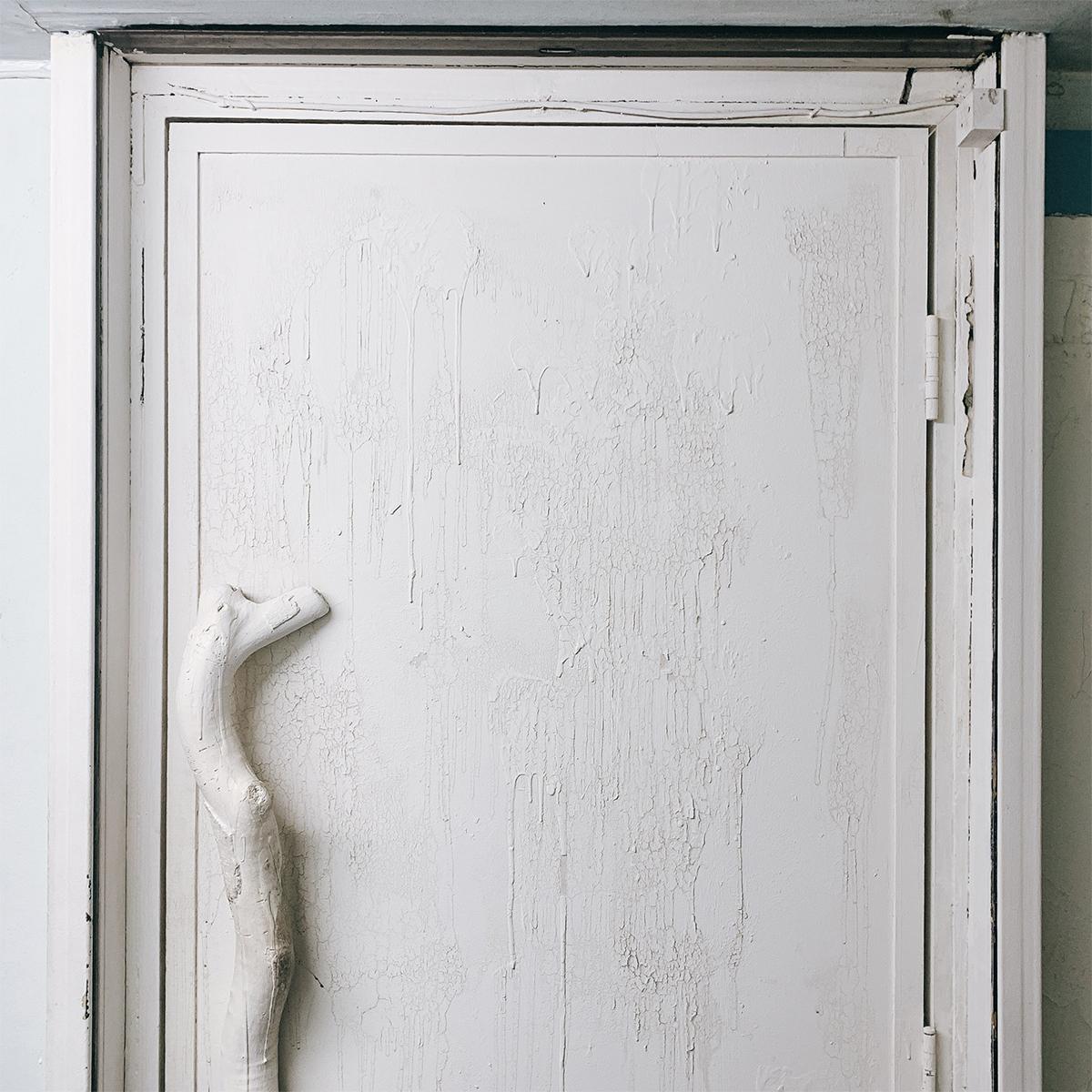 ツバメフード.の真っ白な扉
