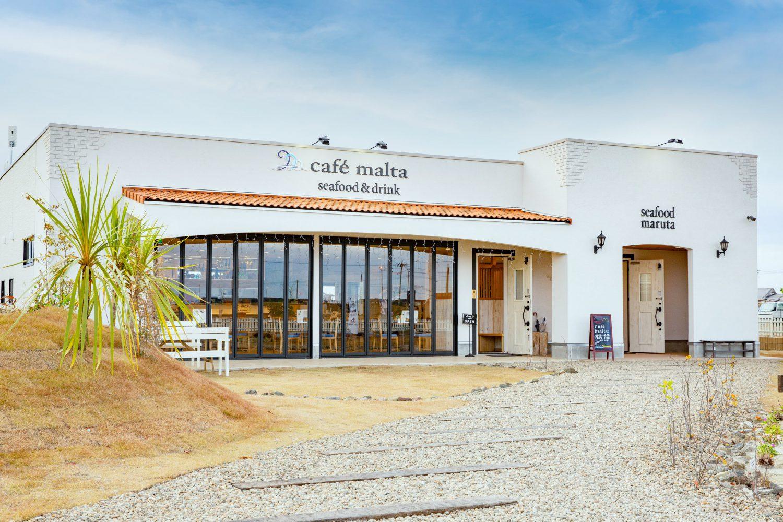 リゾート感のあるカフェ外観白い壁に赤い瓦屋根