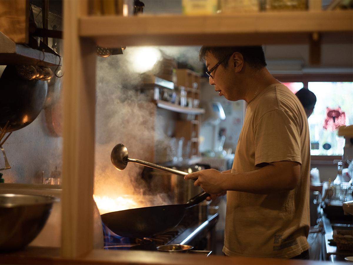 遠刈田温泉にある台湾飲茶のお店「台灣喫茶 慢瑶茶」のキッチンで調理をする様子