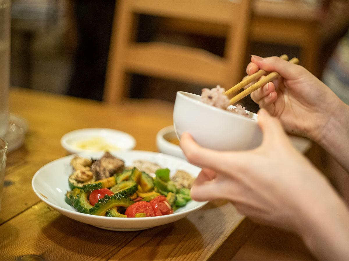 遠刈田温泉にある台湾飲茶のお店「台灣喫茶 慢瑶茶」で料理を食べている様子