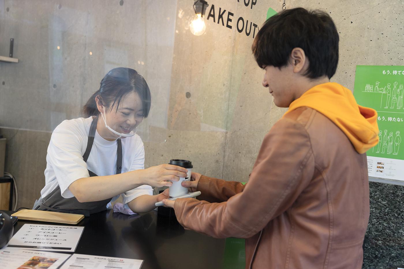 宮城県図書館に入るカフェ「PANORA」で注文品を受け取る様子