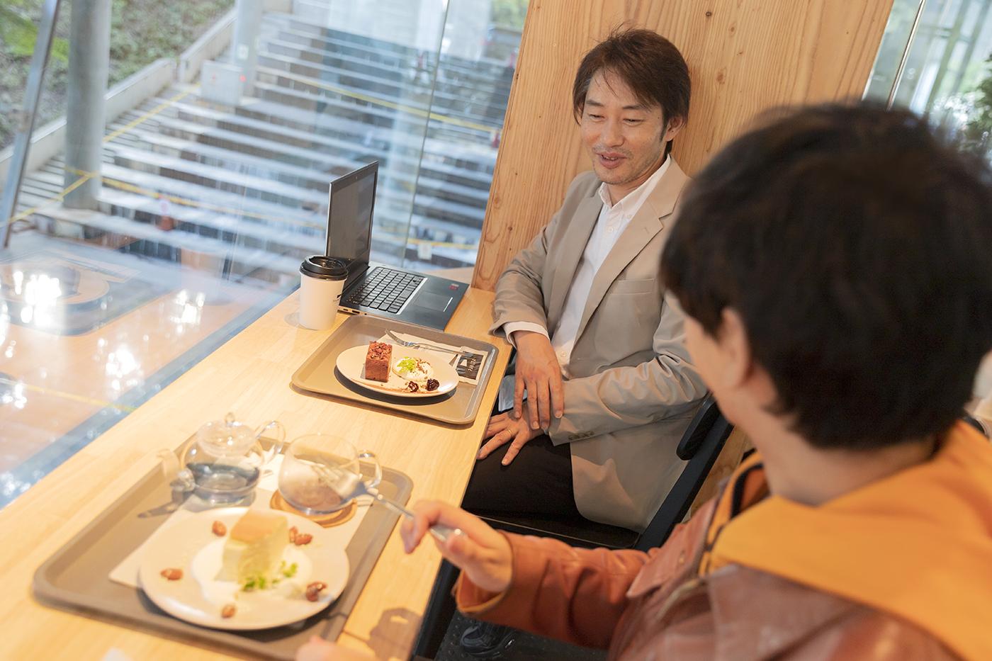 「PANORA」でケーキを前にborderactの中澤さんにインタビューの様子