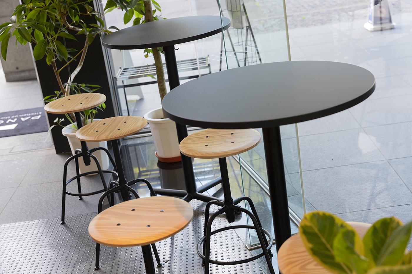 PANORA の店内の様子。黒いテーブル、丸椅子などの家具はIKEAのもの