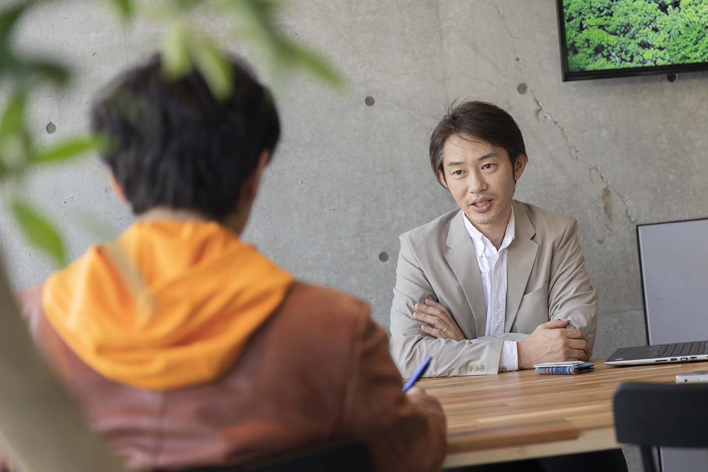 インタビューにこたえる中澤さん