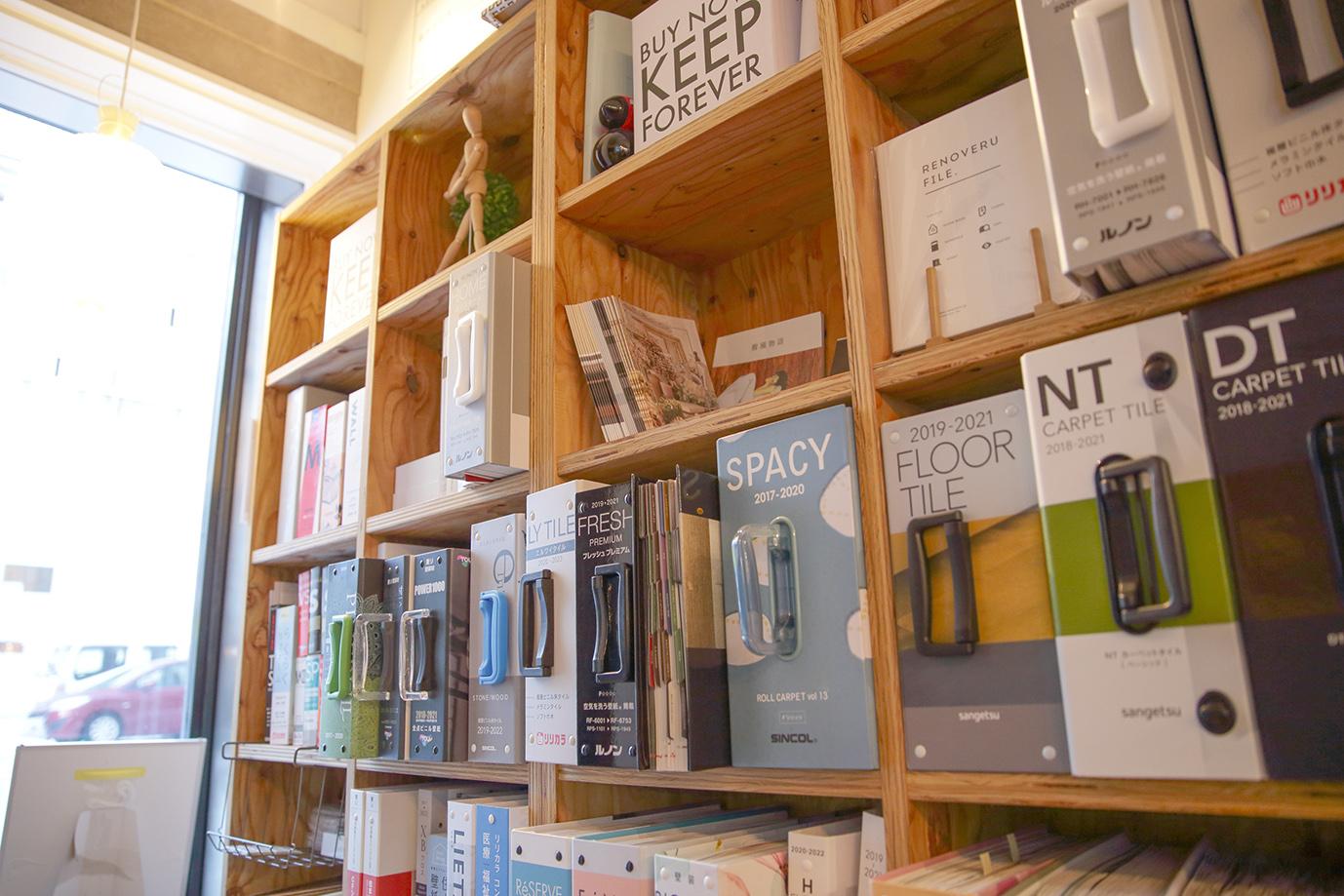 本棚にならぶ素材資料