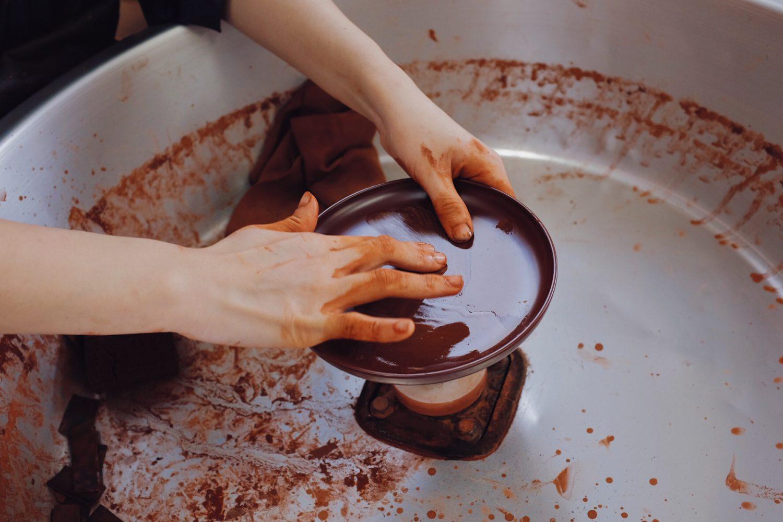 漆を手で塗る