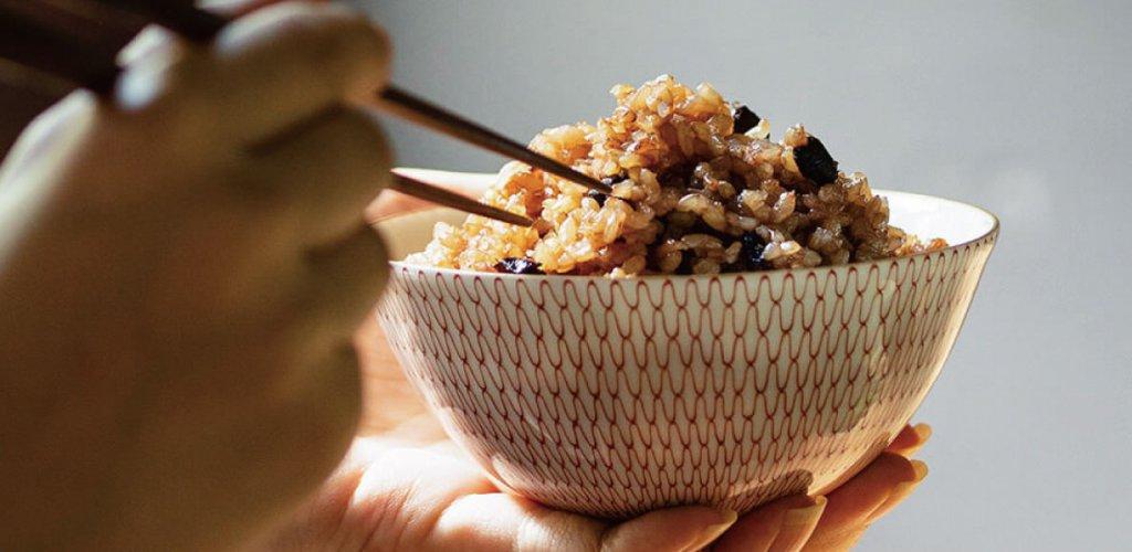茶碗に盛られた寝かせ玄米