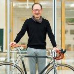 漆でできた自転車を持つ土岐教授