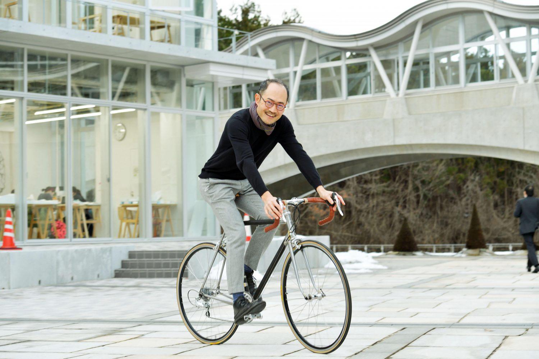 漆でできた自転車に乗る土岐教授