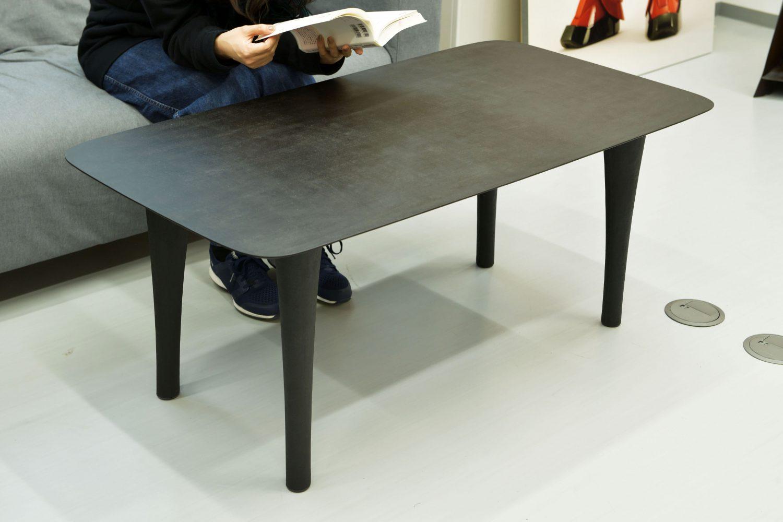 乾漆技法で製作されたテーブル