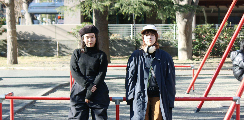 ブランコの前に並ぶ佐藤さんと亀井さん