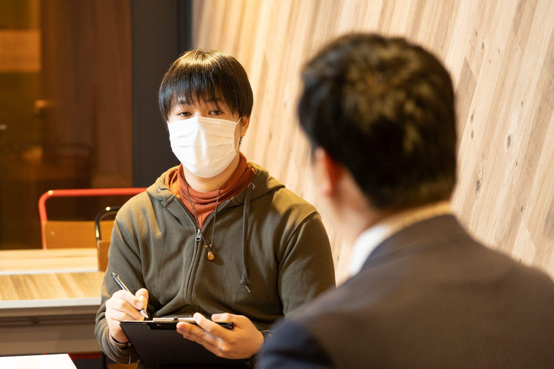 インタビューを行う学生ライターの安田君