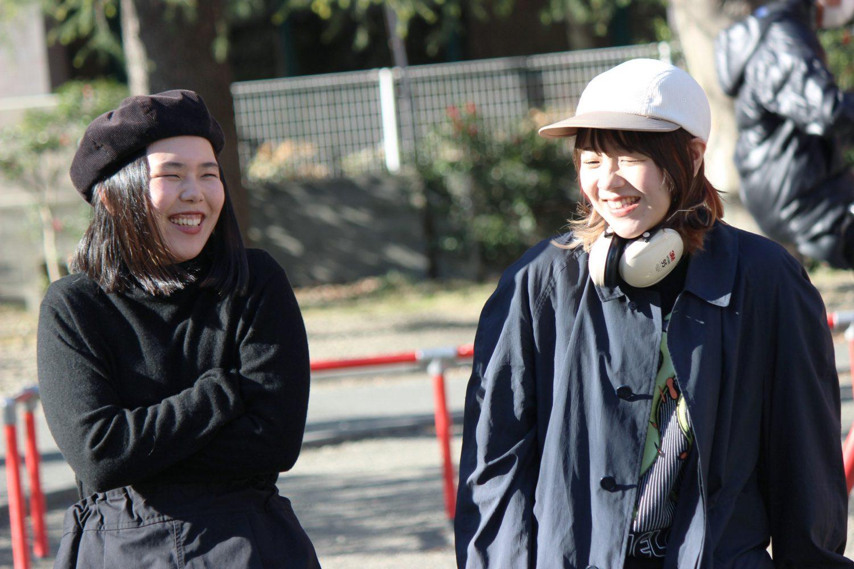 屋外で談笑する佐藤さんと亀井さん