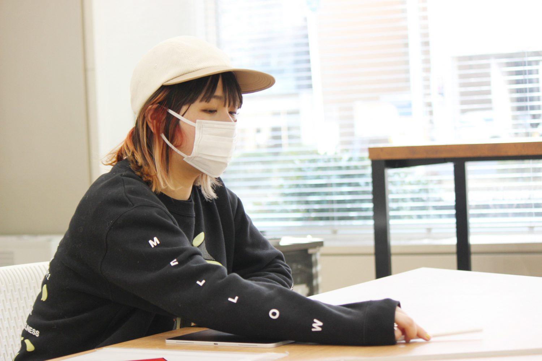 帽子をかぶった亀井さん