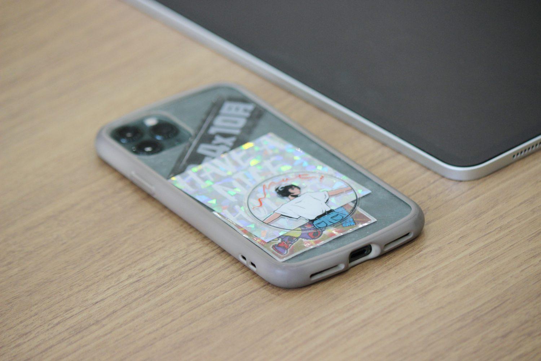 机上のスマートフォン