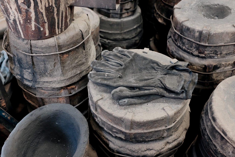 作業場に置かれた黒の手袋