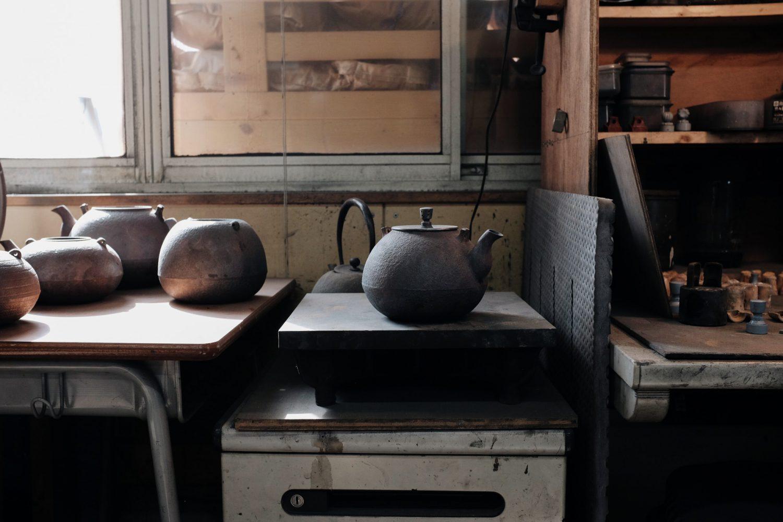 作業台に置かれた南部鉄器のやかん