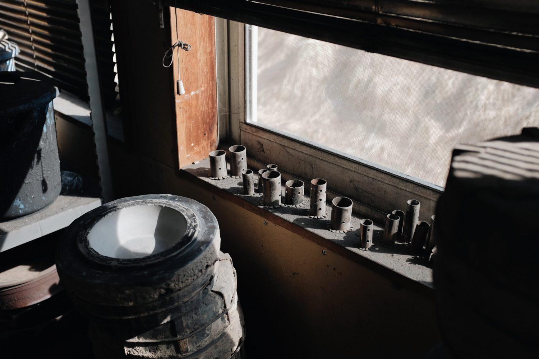 窓際にならんだ南部鉄器