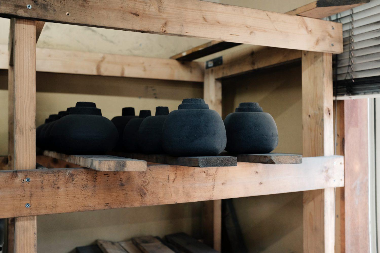 棚に並んだ黒い型